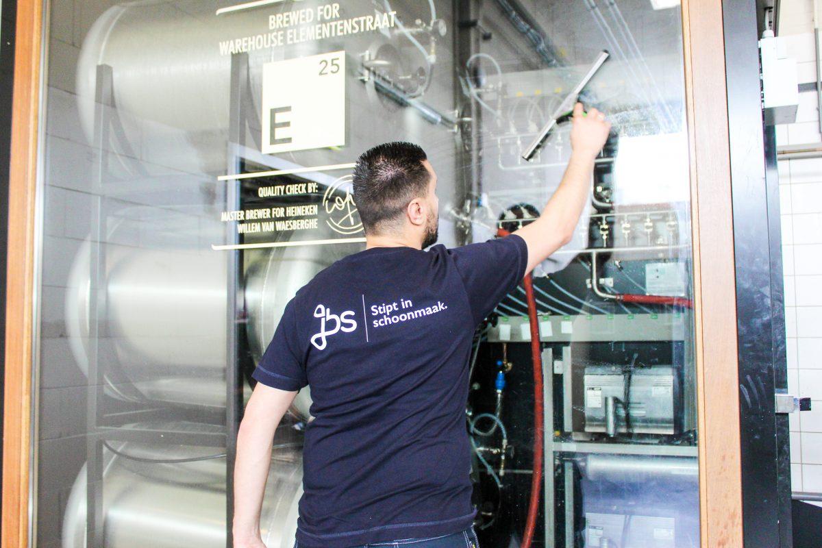 Schoonmaak: schoonmaakonderhoud door het schoonmaken van ramen